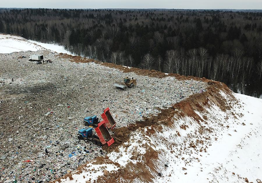 Mitarbeiter der Jadrowo-Mülldeponie im Moskauer Gebiet salzen den kompletten Müllberg, um die Gerüche zu neutralisieren.