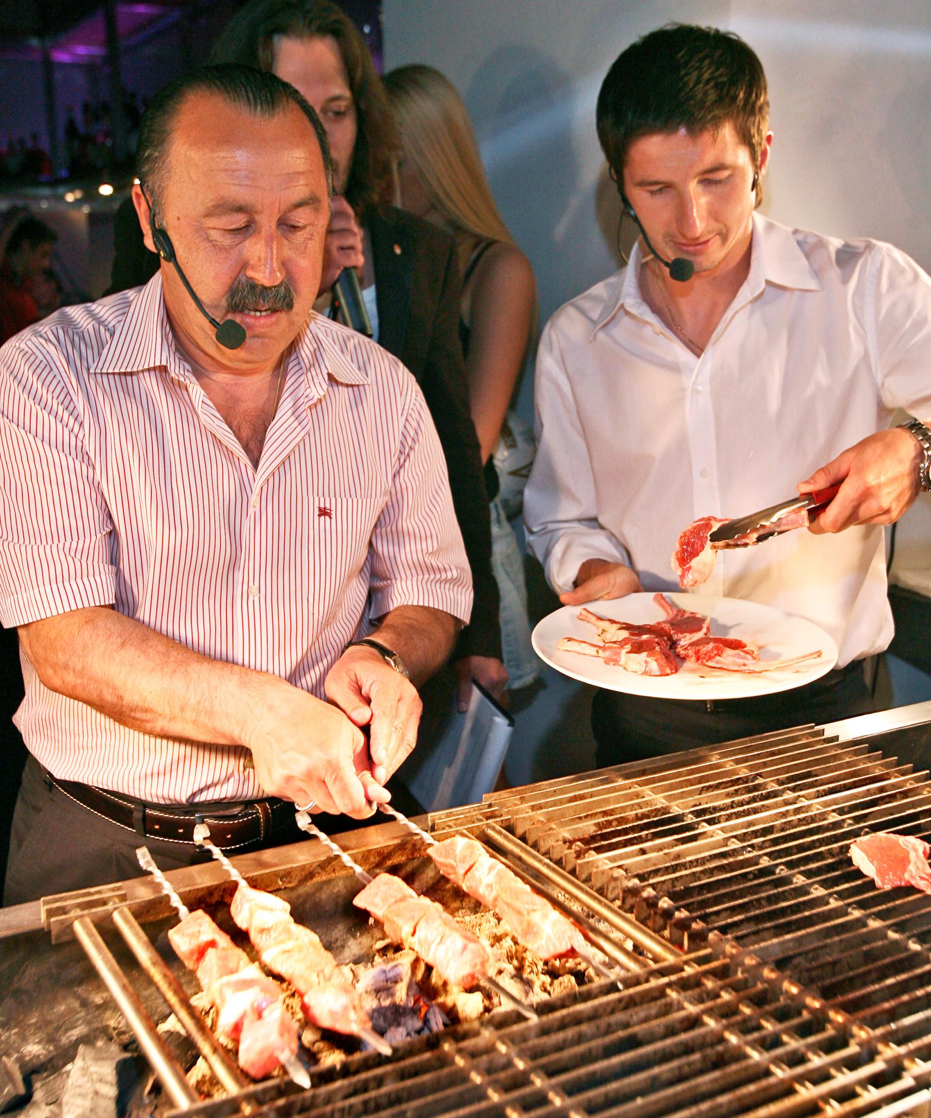 L'ex allenatore della Nazionale russa di calcio Valerij Gazzaev e il calciatore del CSKA Evgenij Aldonin preparano gli spiedini di carne (shashliky, in russo)