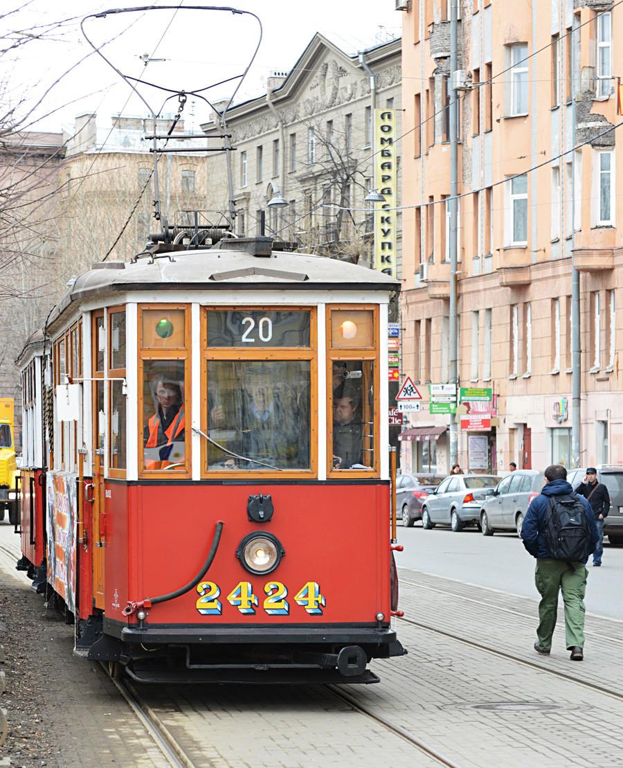 МS-1: Sie war ab 1927 die erste sowjetische Straßenbahn. Obwohl die MS-1 und ihre Nachfolger MS-1 und MS-3 mit dem Ausbruch des Zweiten Weltkrieges eingestellt wurden, spielten sie eine wichtige Rolle beim Transport von Menschen und Gütern während der Blockade Leningrads.