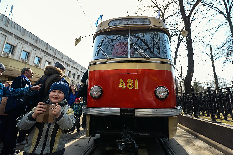 Tatra T3: Die kennen Sie doch, oder? Die Tatra aus den Tschechoslowakischen Tramwerken war die populärste aller Straßenbahnen (nicht nur) in der Sowjetunion. Mehr als 11.000 Wagen importierte Moskau. In zahlreichen umgestalteten Varianten verkehren viele bis heute in allen Ex-Sowjetrepubliken.