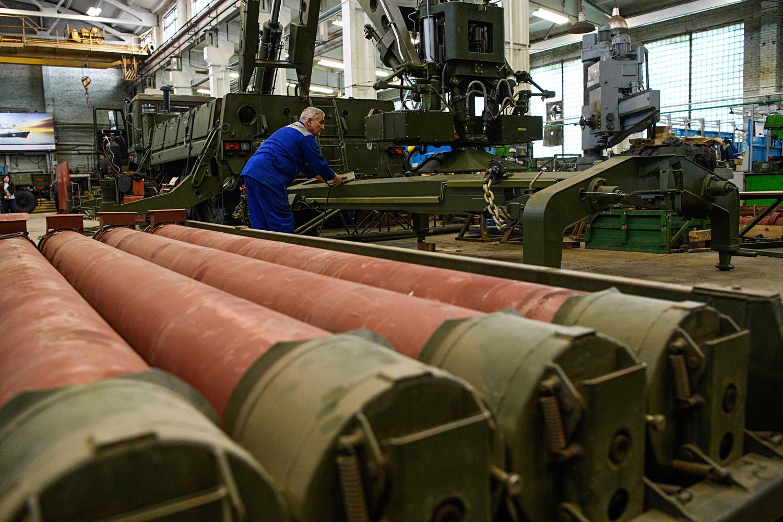 """Јекатеринбург, Русија, 18. мај 2017: Склапање машине за пуњење  ракетних система С-300 и С-400 """"Тријумф"""" у научно-производном предузећу """"Старт""""."""