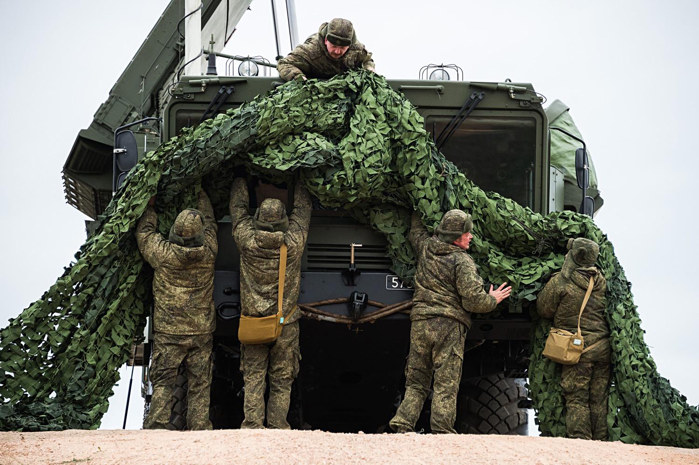 Pengisian daya S-400 saat latihan tempur militer di Moskow.
