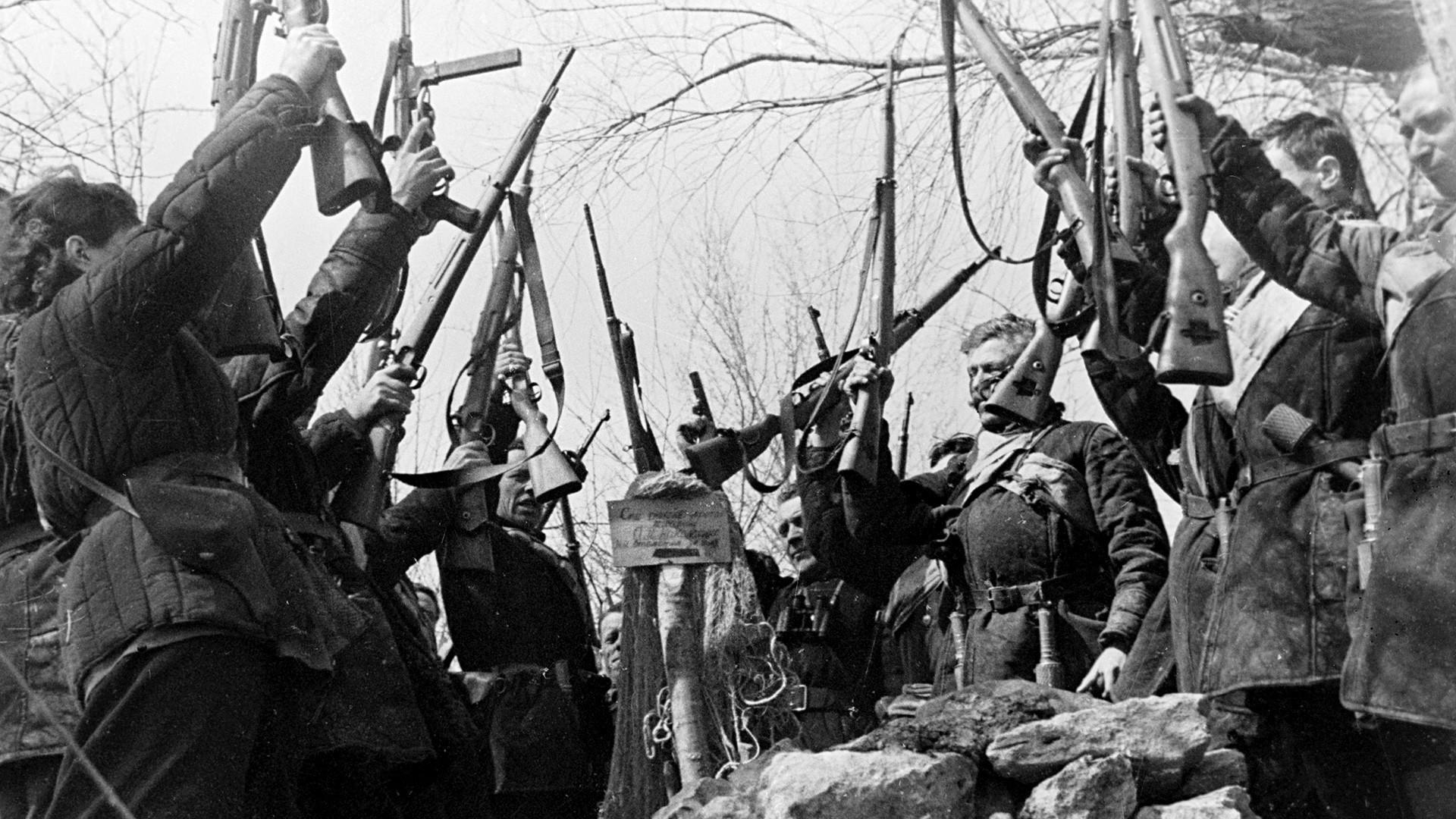 Na grobu svoga druga kojeg su ubili fašisti partizani se zaklinju da će ga osvetiti.