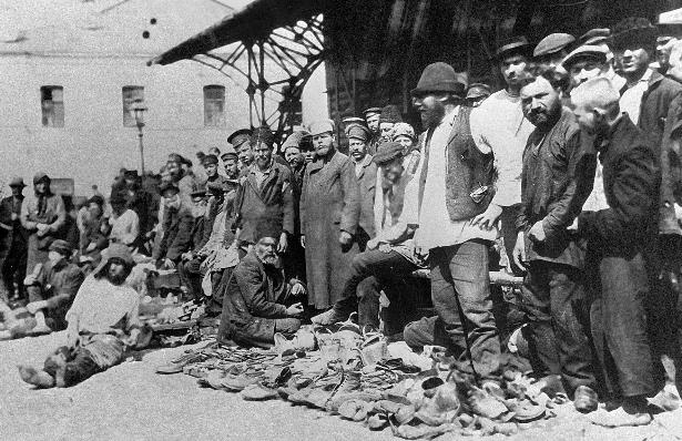 Prodaja čevljev na trgu Hitrovicki v Moskvi. Tukaj je veliko tatov prišlo iskat novo delo.