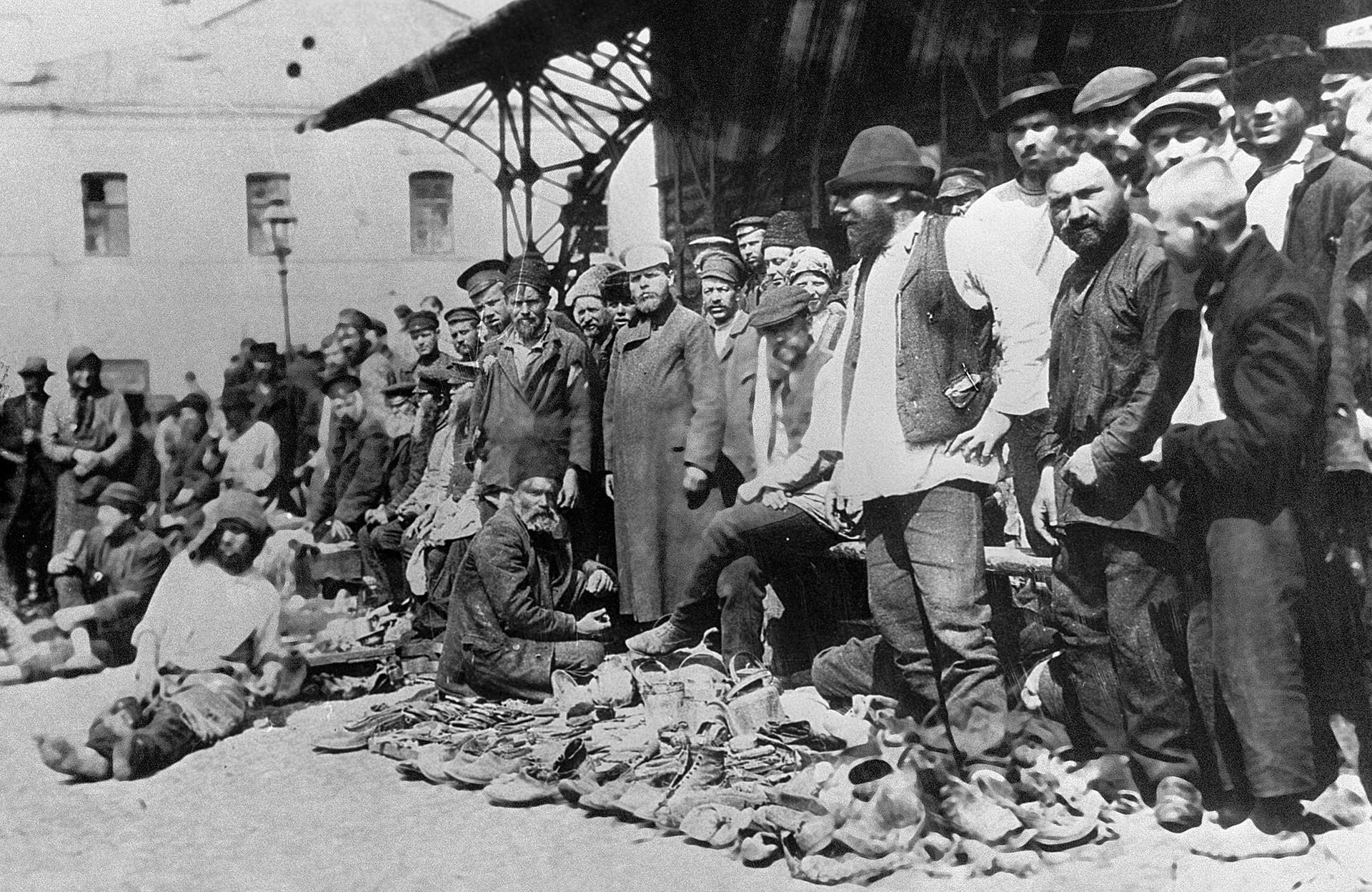 Sapatos à venda no mercado de Hitrovskiy, em Moscou. Este era o lugar onde muitos criminosos vinham 'procurar' emprego