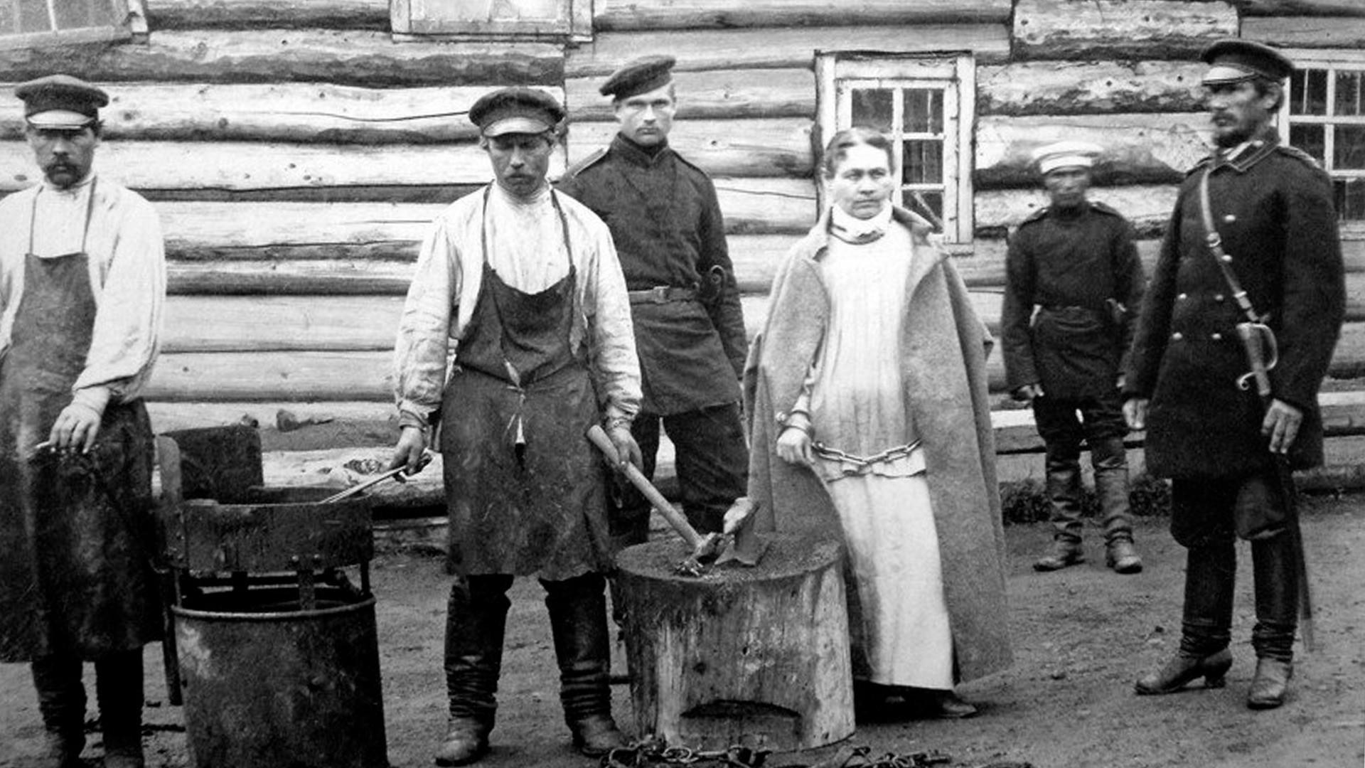Sônia, a 'Mão de Ouro', sendo acorrentada em 1888