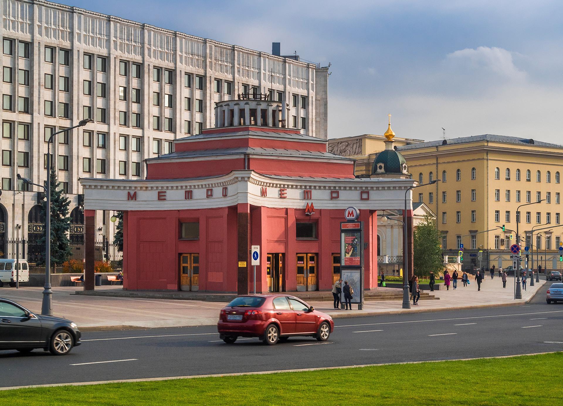 Entrada da estação Arbátskaia da linha 4. Arquiteto: L. Teplitsky, 1935.