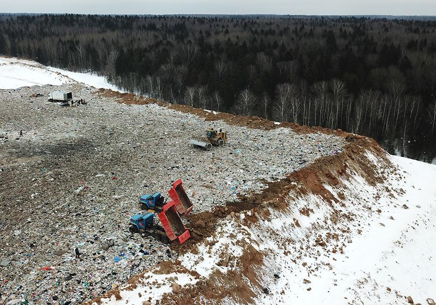 Funcionários do aterro de resíduos sólidos Iadrovo, na região de Moscou, colocam terra no local para neutralizar os odores.
