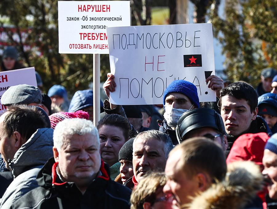 Moradores participam de protesto pelo fechamento de aterro de resíduos sólidos Iadrovo, em Volokolamsk, região de Moscou.