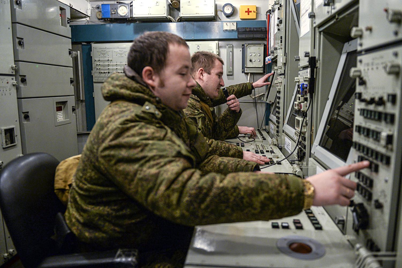 Членове на Зеленогорския окръг за ПВО-ПРО по време на обучение за работа с ракетните системи С-400