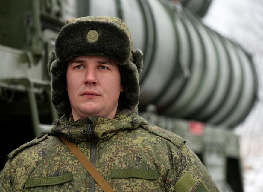 Pripadnik bataljona protiletalske in protiraketne obrambe Vzhodnega vojaškega okrožja na bojnem dežurstvu. S-400 Triumf med drugim varujejo zračni prostor nad Primorsko regijo v Ruski federaciji.