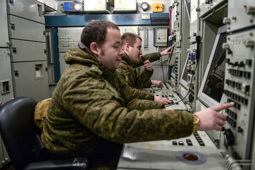 Pripadniki vojaške enote 03216 Zelenogorodskega polka PLO-PRO med usposabljanjem za upravljanje z raketnimi sistemi S-400.