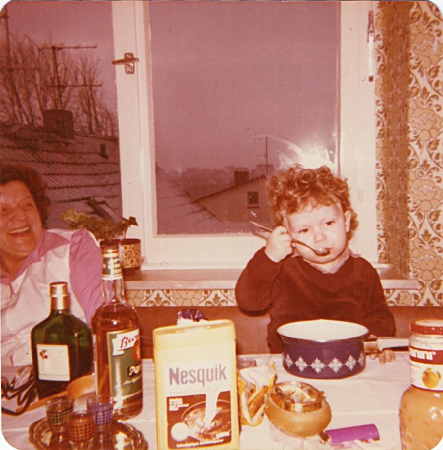 Marcel Krüger mit seiner Oma Cilly, 1980