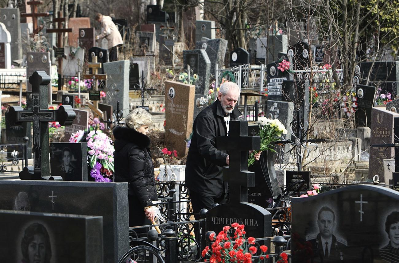 Ida ao cemitério tornou-se forma de celebrar Páscoa durante a URSS