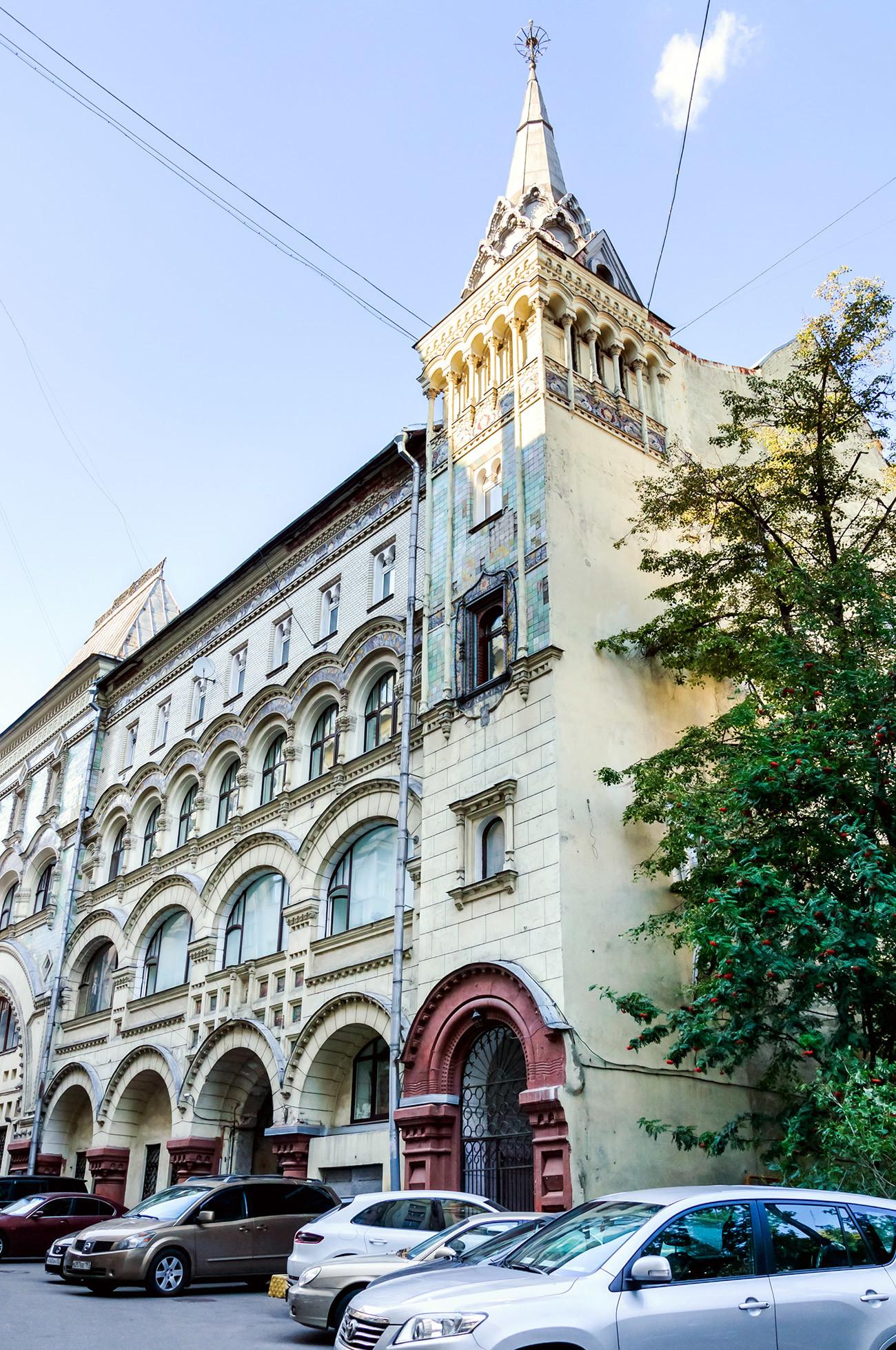 Atap pelana, menara di sudut-sudut, ubin multikromatik pada fasad — blok apartemen milik Biara Savvino-Storozhevsky ini dibangun pada awal abad ke-20 dengan gaya pseudo-Rusia yang modis.