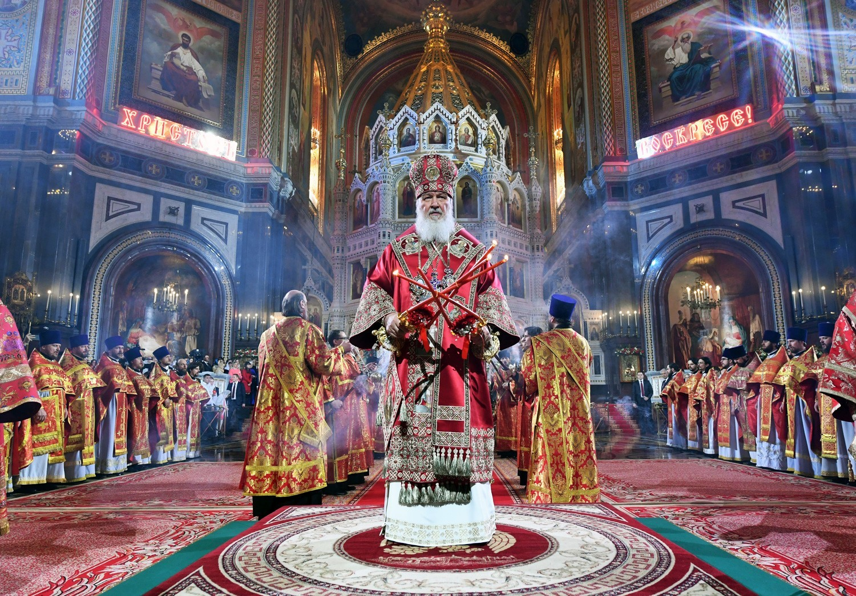 Patriarh Moskve in vse Rusije Kiril med velikonočnim bogoslužjem v Katedrali Kristusa Odrešenika v Moskvi.