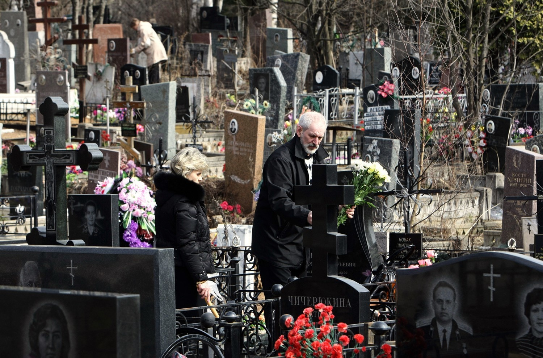 Moskovčani na pokopališču Mitino na velikonočno nedeljo.