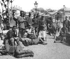 Skupina ljudi na Hitrovski tržnici. Takšni prizori so bili na prelomu 20. stoletja pogosti.