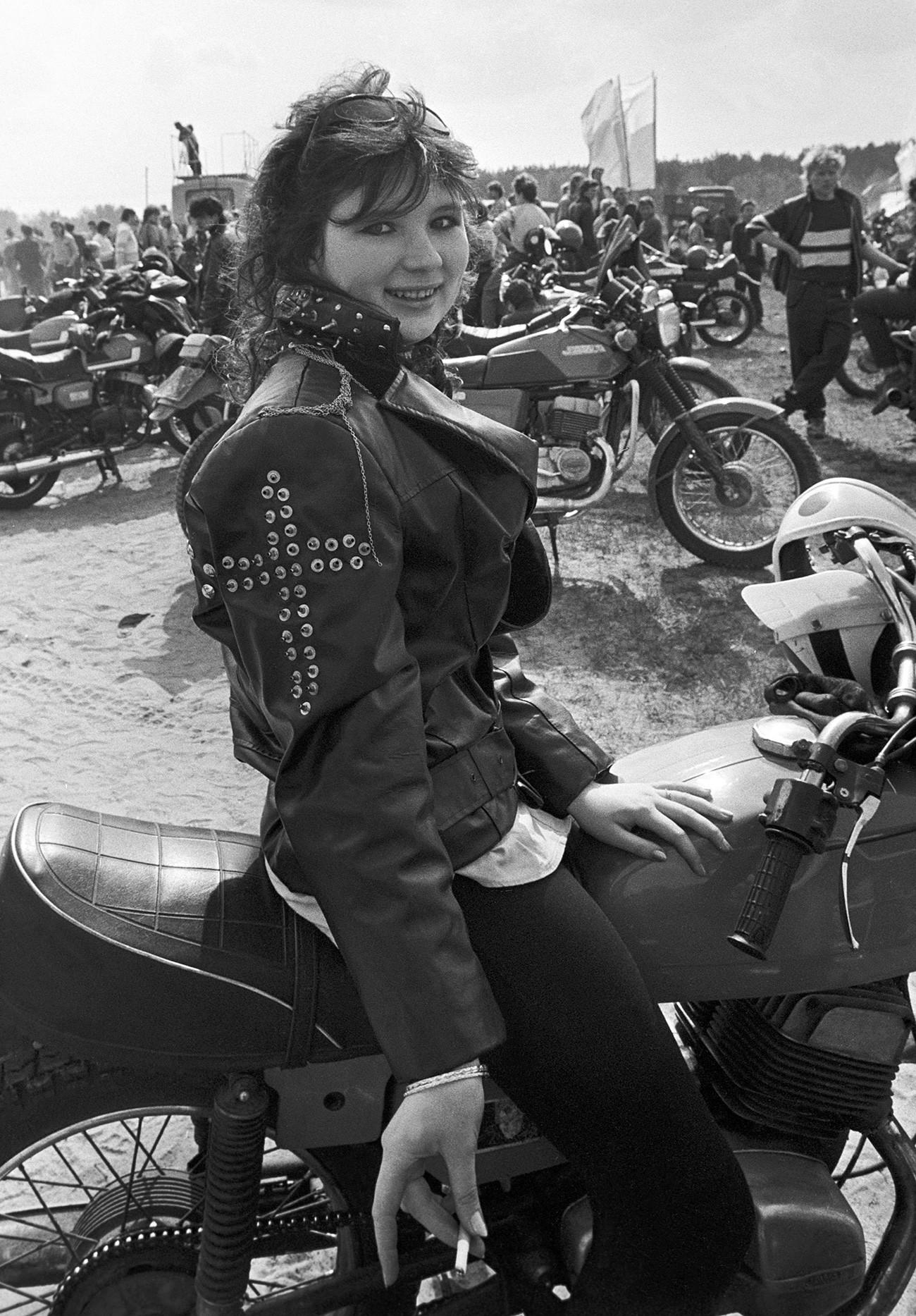 Seorang anggota geng motor perempuan berpose.