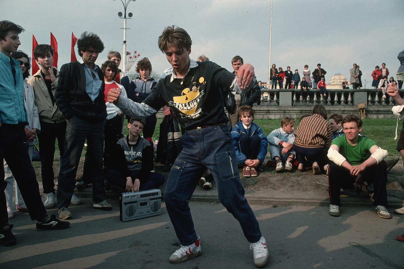 Seorang penari breakdance tampil di Taman Gorky.