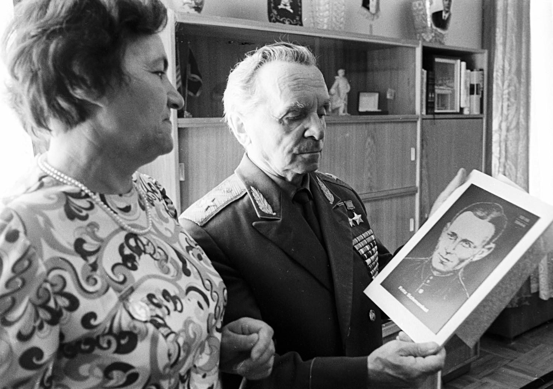 Ерна Шменкел (лево), вдовицата на Херојот на Совјетскиот Сојуз Фриц Шменкел, му дава на генералот Петар Батов (десно) слика на својот сопруг.