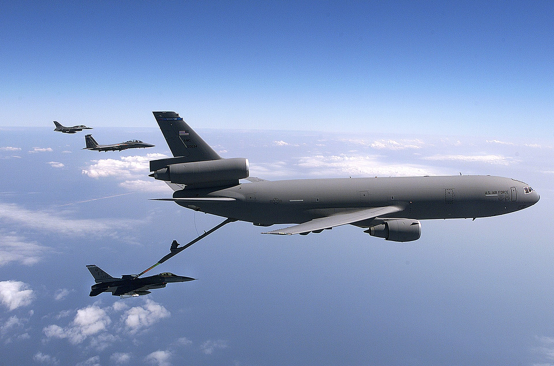 Авио-цистерна KC-10 Extender приликом снабдевања горивом борбених авиона  F-16 Fighting Falcon