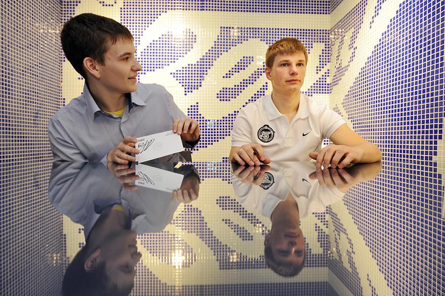 Andrej Arschavin (r) bei einer Autogrammstunde in einem FC-Zenit-Fanshop