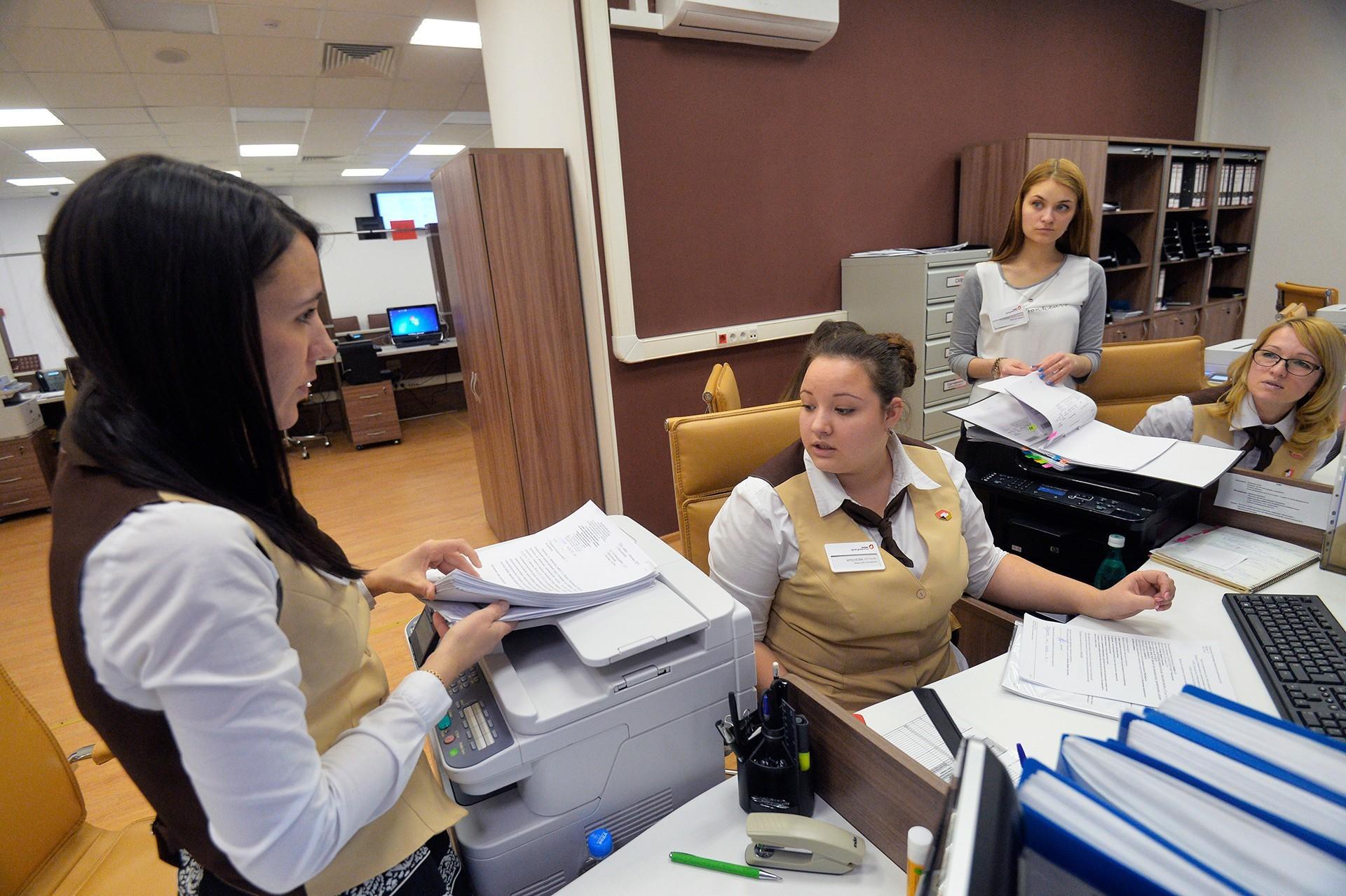 Zaposleni v univerzalni državni pisarni »Moji dokumenti« v mestu Moskovski, Novomoskovski okraj, Moskva.