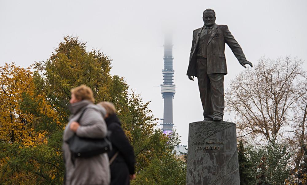 Le monument à la gloire de Sergueï Korolev sur l'avenue moscovite de l'Allée des Cosmonautes