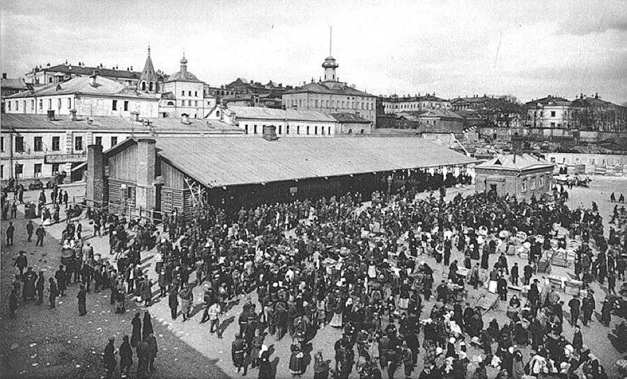 Хитровка, московски квартал, известен с бездомниците и престъпниците си (някога било трудно да определиш кой от кои е)