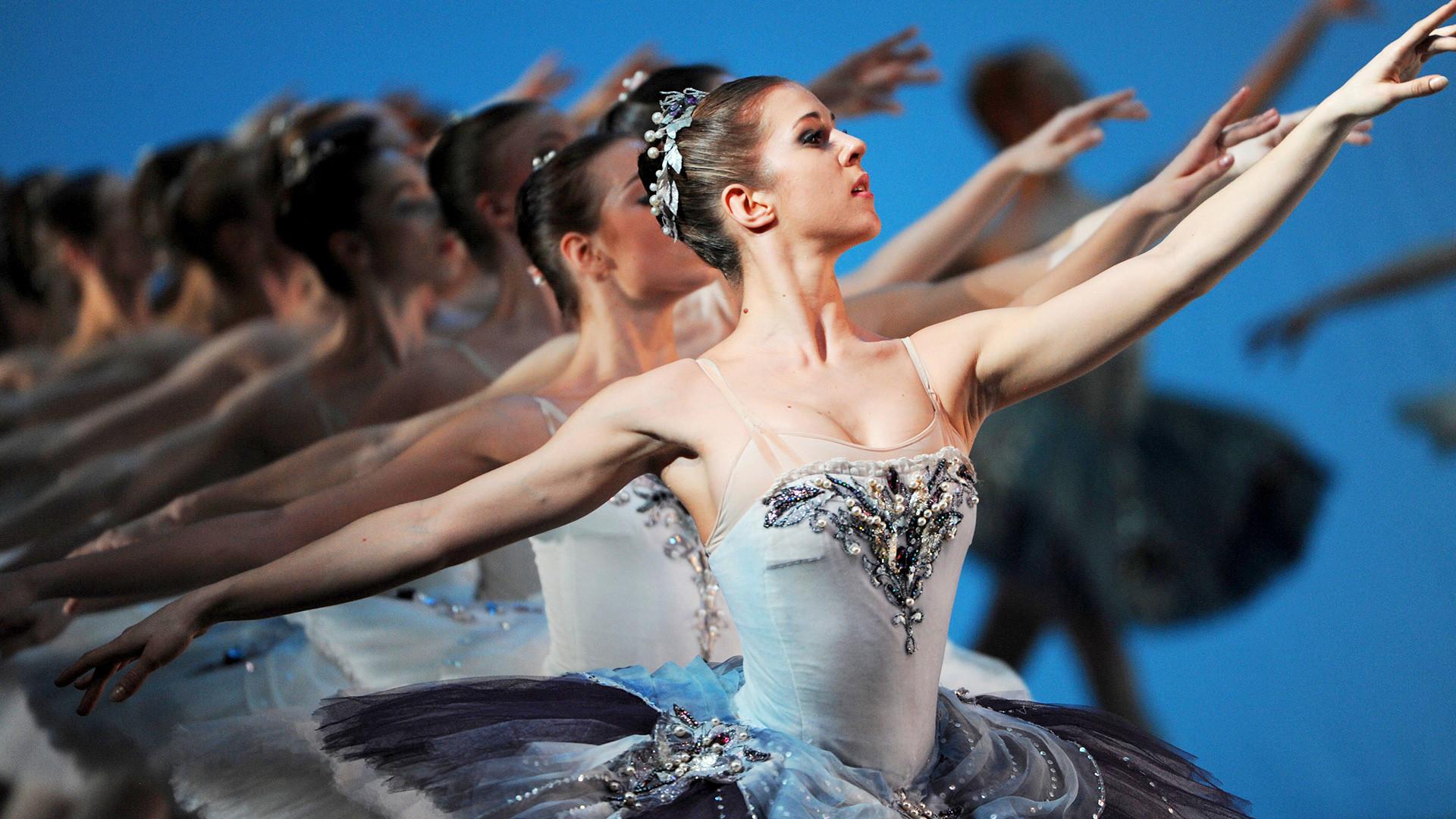 Une scène du ballet La Symphonie en ut majeur (chorégraphe George Balanchine) par la troupe du théâtre Mariinsky au Bolchoï.
