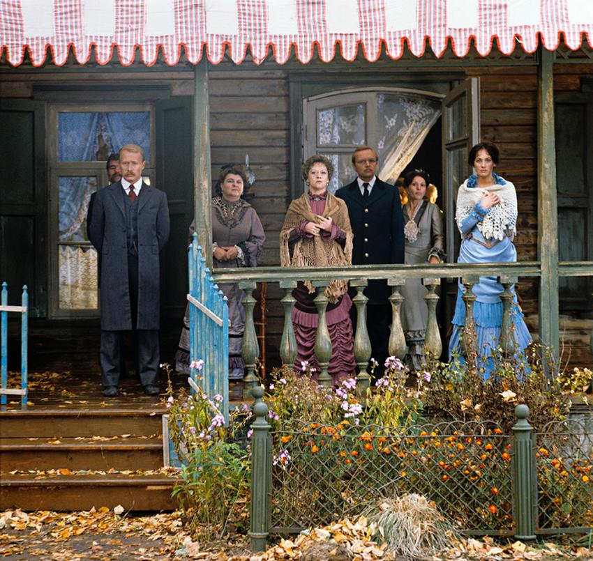 Prizor iz filma Surova romanca, v katerem igrajo Viktor Proskurin, Vera Petrova, Alisa Frejndlih, Andrej Mjagkov, Larisa Guzejeva.