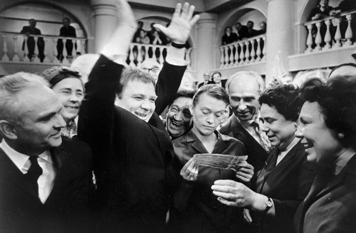 V sredini: Valentina Talizina i Evgenij Leonov, film Cik-cak sreče, 1968.
