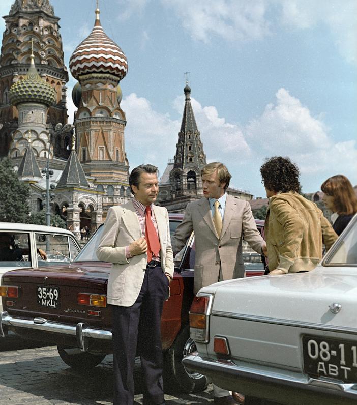 Igralca Alighiero Noschese in Andrej Mironov v filmu Neverjetne peripetije Italijana v Rusiji, 1973.