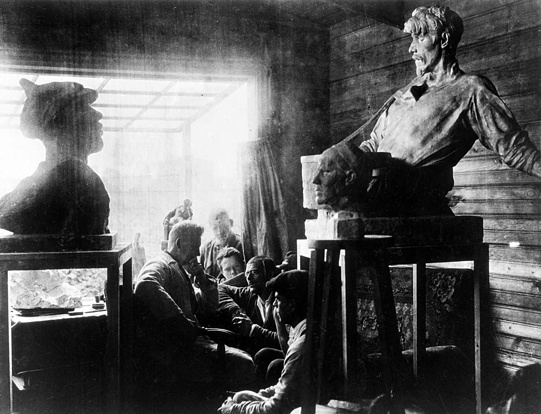 """Iwan Schadr lebte in Omsk: Dort gaben zunächst die Weißen ein Standbild des Generals Kornilow in Auftrag, der Sibirien von den Bolschewiki befreit hatte.  Als dann die Roten die Stadt einnahmen, schuf Schadr für sie ein Denkmal für die Opfer des """"Weißen Terrors"""" und eine Karl-Marx-Statue."""