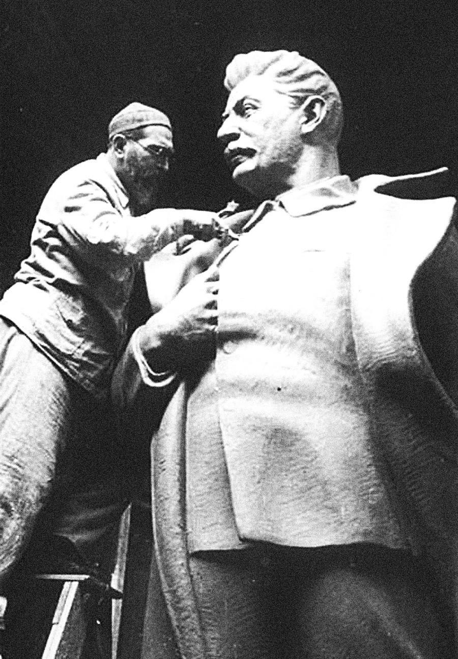 Sergej Merkurow war der erste sowjetische Bildhauer, der riesige Stalin- und Lenin-Standbilder schuf, darunter auch den 49-Meter-Lenin in Jerewan und den 47-Meter-Lenin in Dubna bei Moskau. Die meisten Stalin-Figuren wurden im Zuge der Entstalinisierung in den 50er Jahren zerstört.