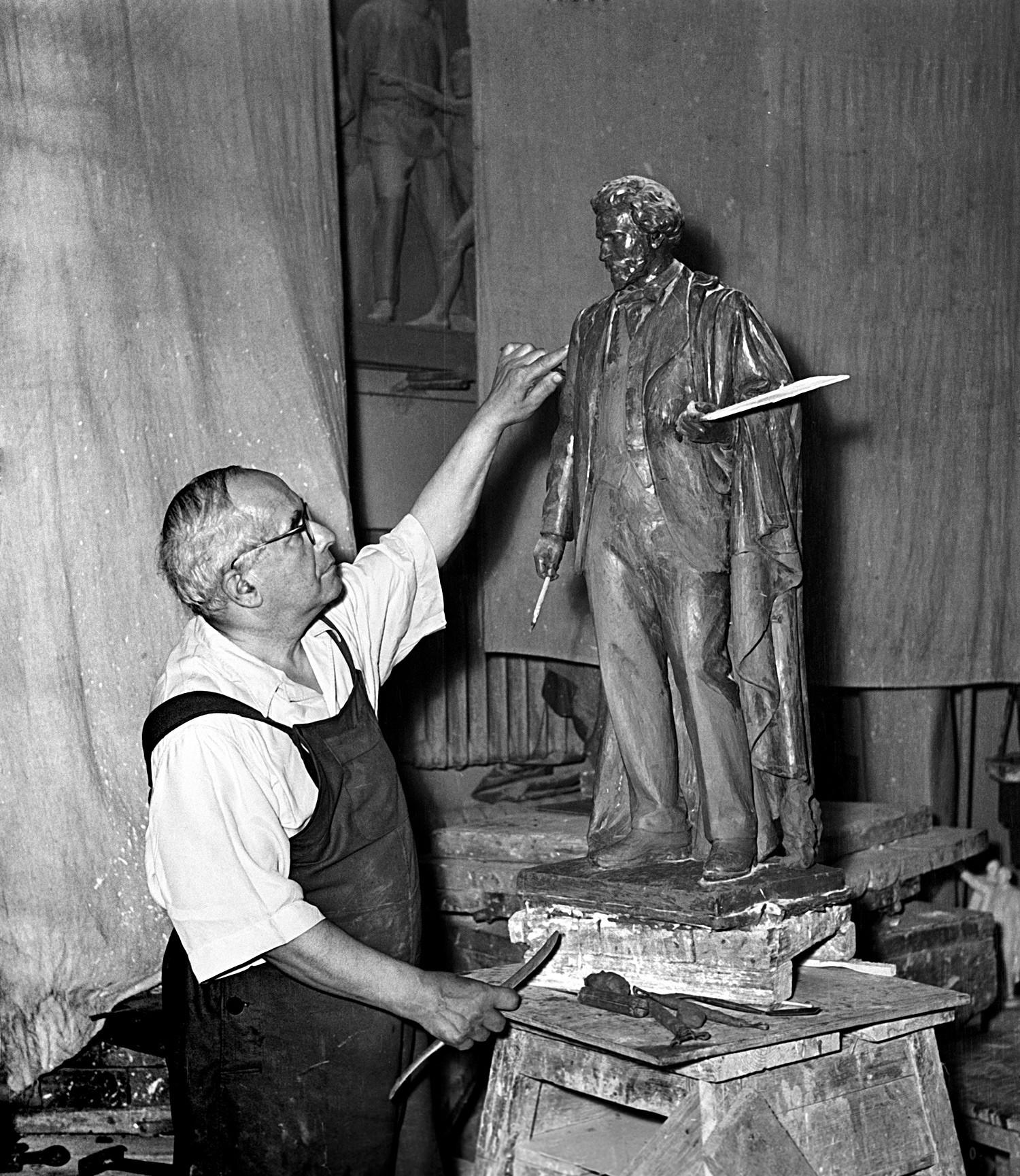 Matwej Maniser kreierte die 30 Bronzestatuen von Studenten, Soldaten, Matrosen, Kindern für die Moskauer Metro-Station Revolutionsplatz. Insgesamt 76 Figuren fügen sich da zu einem großen Denkmal zusammen.