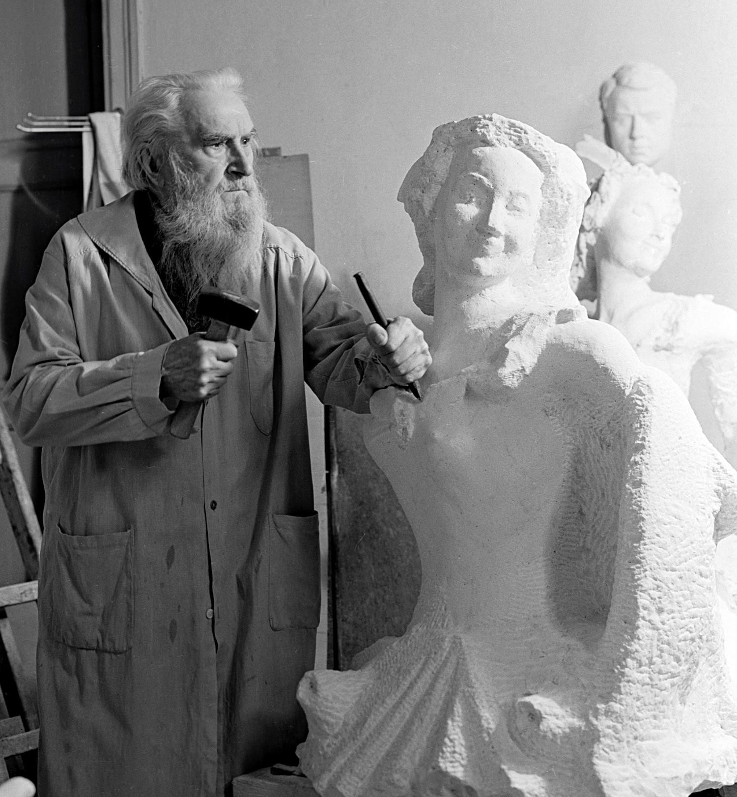 """Sergej Konenkow wird oft als """"russischer Rodin"""" bezeichnet. Obwohl er auch über zwei Jahrzehnte in den USA lebte, verlor er nie die Beziehungen zu seiner Heimat. Als er 1945 in die UdSSR zurückkehrte, sandte ihm Stalin persönlich Helfer, um all sein Hab und Gut zu transportieren."""