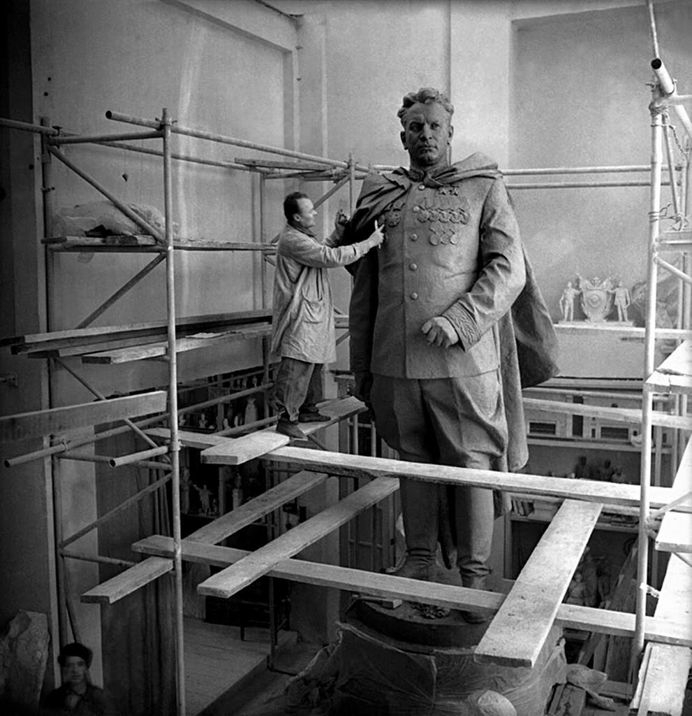 Lange Jahre stand Nikolaj Tomskijs Denkmal für den sowjetischen Genral Iwan Tschernjachowskij in der Hauptstadt der damaligen Litauischen Sowjetrepublik. Nach dem Zusammenbruch der UdSSR wurde es jedoch entfernt und ersetzt. Russische Truppen konnten es noch retten und brachten es nach Woronesch.