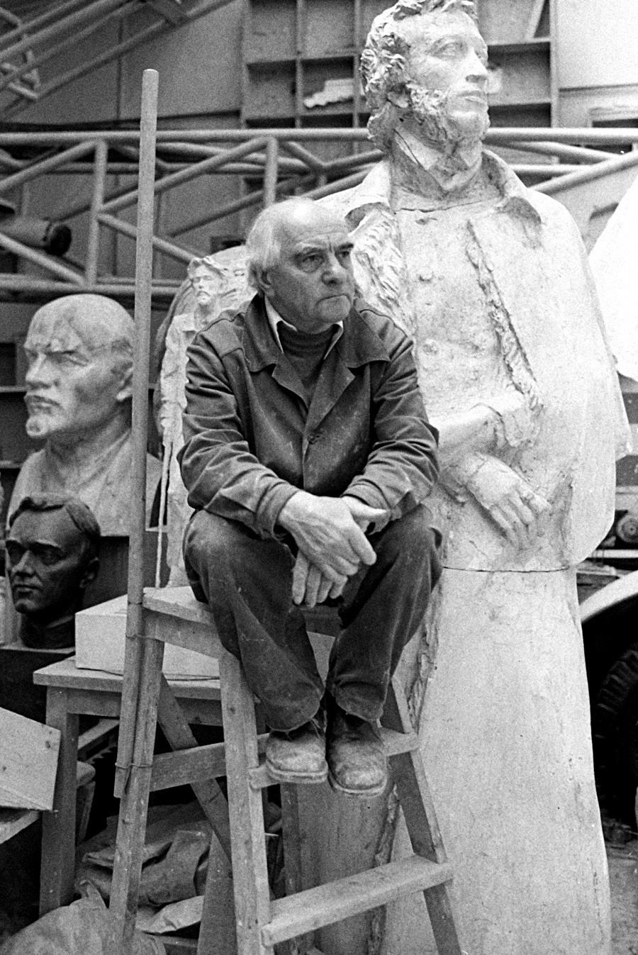 Obwohl die staatliche Kommission das Alexander-Puschkin-Denkmal von Michail Anikuschin von 1957 bereits abgesegnet hatte, war der Künstler selbst so unzufrieden, dass er auf eigene Kosten ein Neues schuf. Heute steht es auf dem Platz der Künste in Sankt Petersburg.