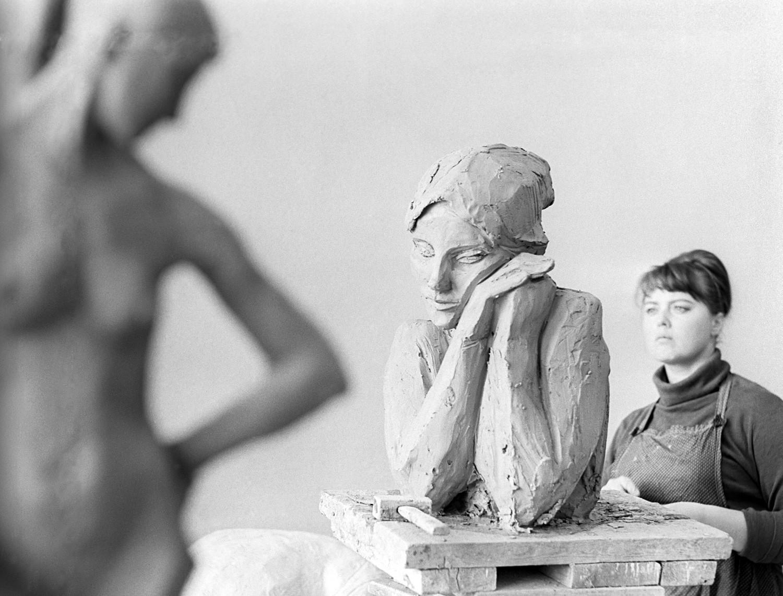 Tatjana Sokolowa arbeitet nicht nur mit Stein, sondern auch mit Ton und Holz. Sie widmete ihre Werke oft den Themen Frauen, Familie und Liebe.