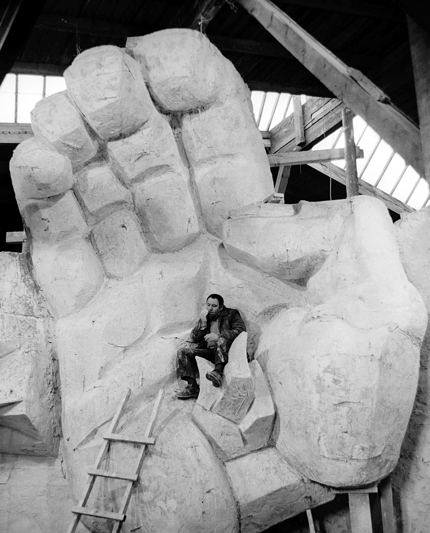 """Der talentierte russisch-amerikanische Bildhauer Ernst Neiswestnyj unterhielt sehr wechselhafte Beziehungen zur sowjetischen Macht. Chruschtschow nannte seine Werke gar """"degenerierte Kunst"""". 1976 verließ er die UdSSR, nannte dies jedoch stets eine persönliche Tragödie."""
