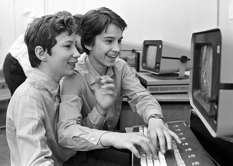 Estudantes soviéticos aprendem a usar computadores em aula de ciências da informação em 1985.
