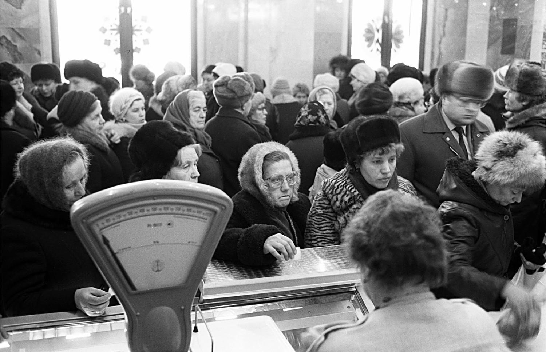 As reformas econômicas de Gorbatchov foram um fracasso e a economia do país estava caindo em uma crise enorme.