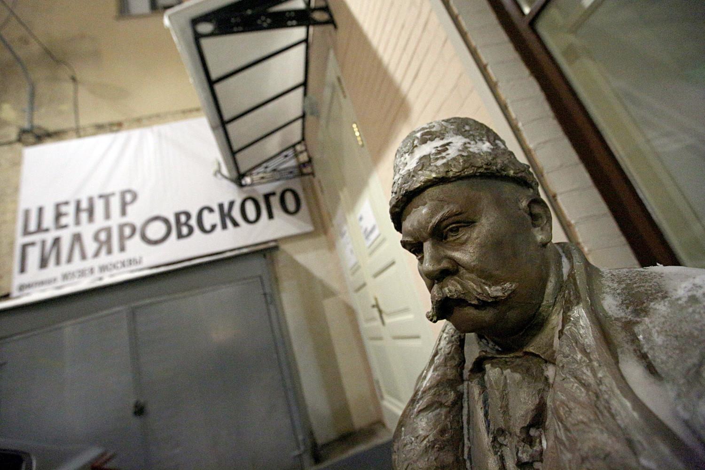 Um monumento a Vladímir Guiliaróvski dá as boas-vindas aos visitantes do museu.