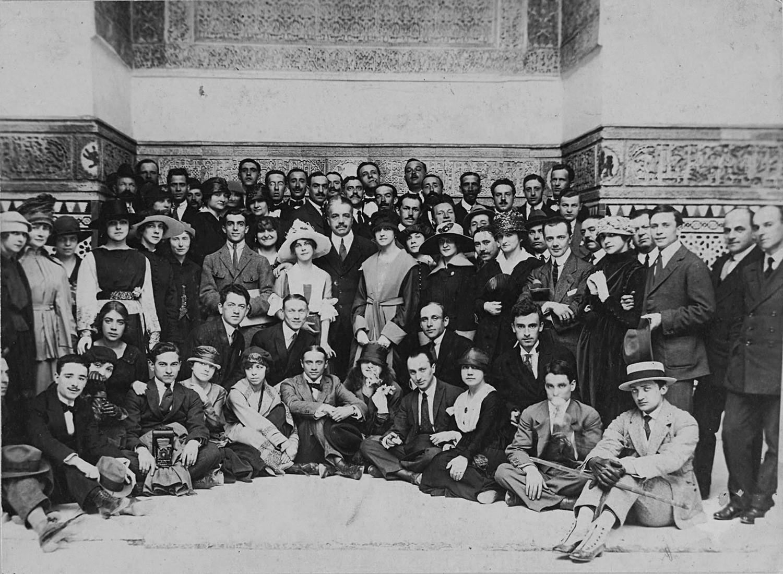 Die Ballets Russes in Seville, 1916. Sergej Djagilew steht im Zentrum.