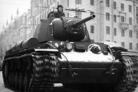 El tanque KV avanza por las calles de Moscú. Diciembre de 1941.