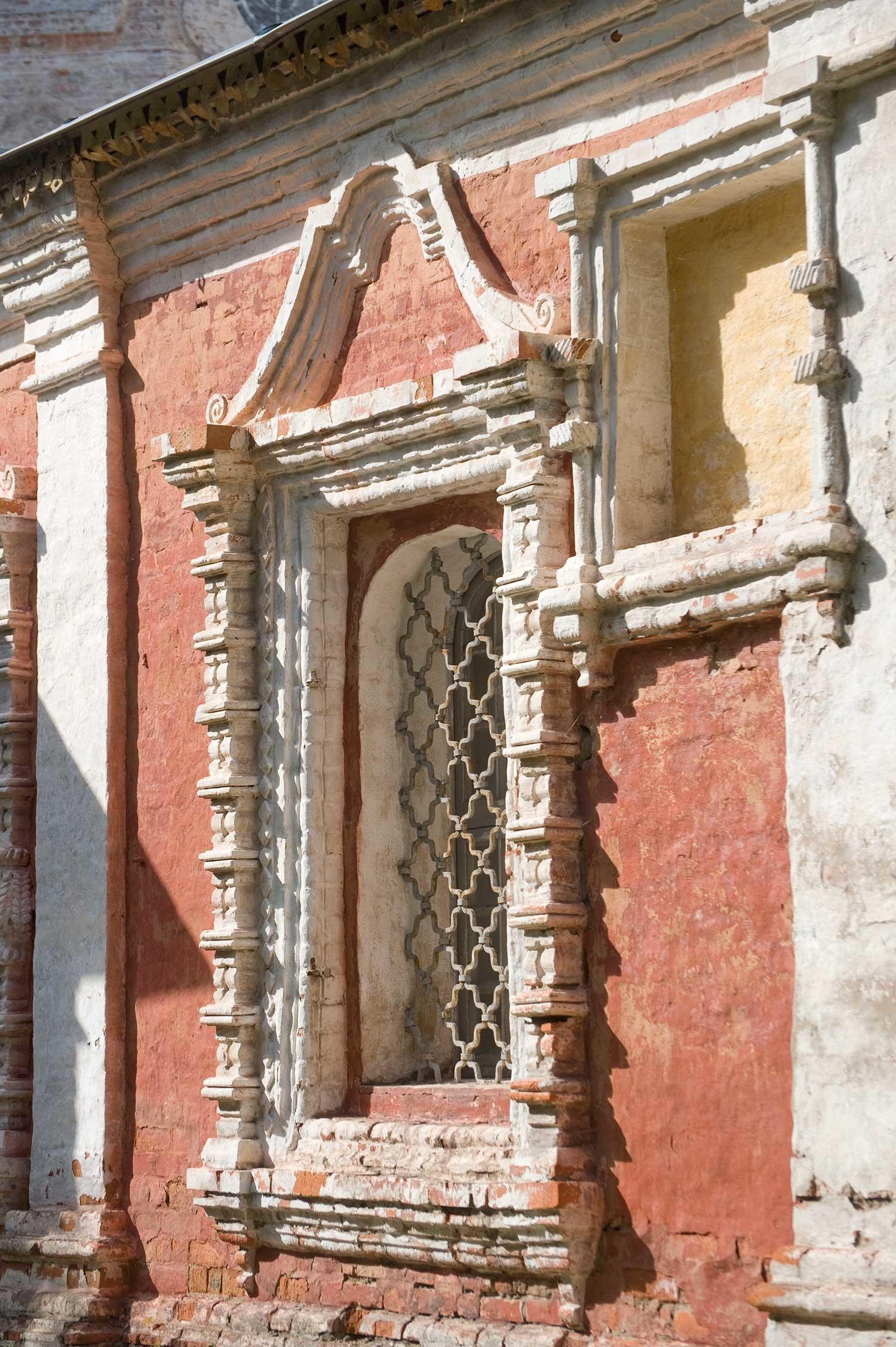 Cattedrale della Trinità. Galleria sud, dettaglio finestra. 24 agosto 2016