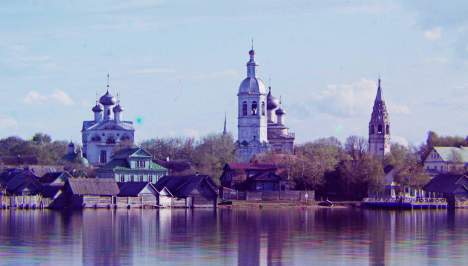 Ostashkov. Complesso della cattedrale dall'isola di Voroni. Da sinistra: Cattedrale della Trinità; Torre campanaria; Chiesa della Resurrezione; Torre campanaria. Inizio estate 1910