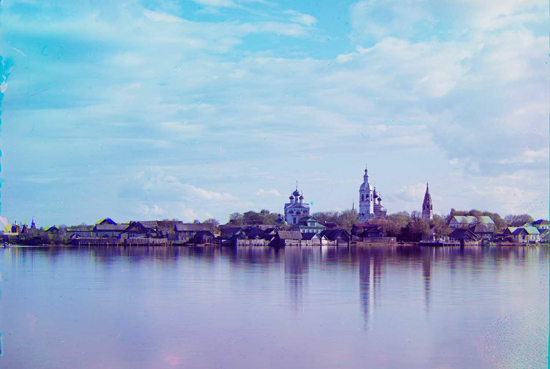 Ostashkov. Vista dall'isola di Voroni. Centro: complesso della cattedrale. In lontananza a sinistra: il monastero di Znamenskii. Inizio estate 1910